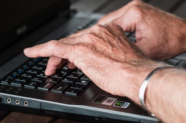 manos persona mayor